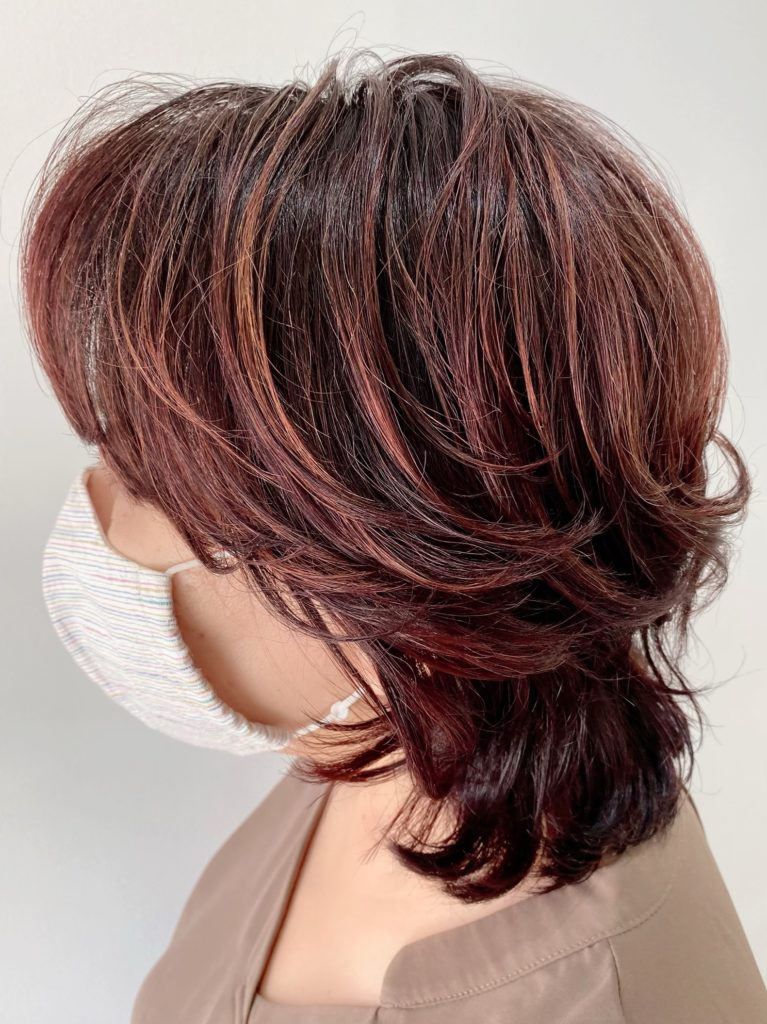 ミセス クセ毛を活かすミディアムカット写真